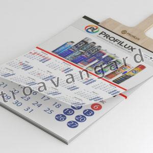 Календарь на деревянном шпателе с ручкой